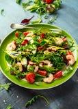 Φρέσκο αβοκάντο, σαλάτα γαρίδων με το πράσινο μίγμα μαρουλιού, ντομάτες κερασιών, χορτάρια και ελαιόλαδο, σάλτσα λεμονιών τρόφιμα Στοκ Εικόνα