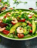 Φρέσκο αβοκάντο, σαλάτα γαρίδων με το πράσινο μίγμα μαρουλιού, ντομάτες κερασιών, χορτάρια και ελαιόλαδο, σάλτσα λεμονιών τρόφιμα Στοκ φωτογραφίες με δικαίωμα ελεύθερης χρήσης