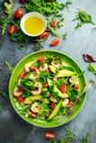 Φρέσκο αβοκάντο, σαλάτα γαρίδων με το πράσινο μίγμα μαρουλιού, ντομάτες κερασιών, χορτάρια και ελαιόλαδο, σάλτσα λεμονιών τρόφιμα Στοκ φωτογραφία με δικαίωμα ελεύθερης χρήσης