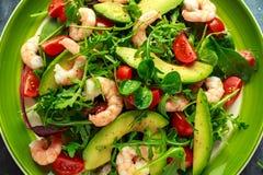 Φρέσκο αβοκάντο, σαλάτα γαρίδων με το πράσινο μίγμα μαρουλιού, ντομάτες κερασιών, χορτάρια και ελαιόλαδο, σάλτσα λεμονιών τρόφιμα Στοκ Εικόνες