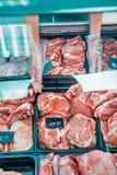 φρέσκο ακατέργαστο κρέας στην υπεραγορά Στοκ Εικόνες