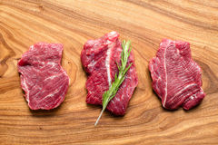 Φρέσκο ακατέργαστο κρέας στον τεμαχίζοντας πίνακα με το δεντρολίβανο, τοπ άποψη Στοκ φωτογραφίες με δικαίωμα ελεύθερης χρήσης