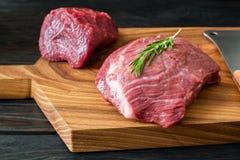 Φρέσκο ακατέργαστο κρέας στον τεμαχίζοντας πίνακα με το δεντρολίβανο Στοκ φωτογραφία με δικαίωμα ελεύθερης χρήσης