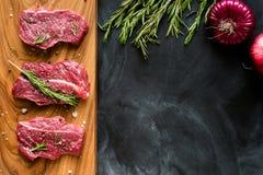 Φρέσκο ακατέργαστο κρέας στον τεμαχίζοντας πίνακα με το κρεμμύδι Τοπ-άποψη Στοκ Εικόνες