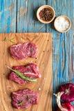 Φρέσκο ακατέργαστο κρέας στον τεμαχίζοντας πίνακα με το κρεμμύδι Τοπ-άποψη Στοκ Εικόνα