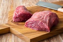 Φρέσκο ακατέργαστο κρέας στον τεμαχίζοντας πίνακα peece δύο του βόειου κρέατος Στοκ Εικόνες