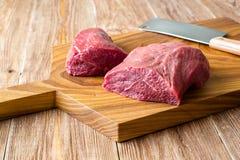 Φρέσκο ακατέργαστο κρέας στον τεμαχίζοντας πίνακα peece δύο του βόειου κρέατος Στοκ Εικόνα
