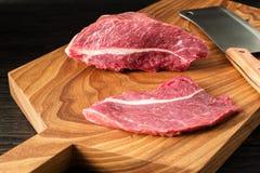 Φρέσκο ακατέργαστο κρέας στον τεμαχίζοντας πίνακα peece δύο του βόειου κρέατος Στοκ φωτογραφία με δικαίωμα ελεύθερης χρήσης