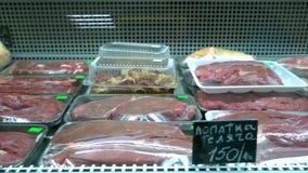 Φρέσκο ακατέργαστο κόκκινο κρέας στην αγορά απόθεμα βίντεο
