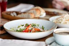 φρέσκο απομονωμένο λευκό λαχανικών πιάτων ανασκόπησης Οργανική τροφή κλείστε επάνω Στοκ φωτογραφία με δικαίωμα ελεύθερης χρήσης