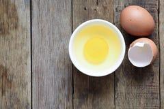 Φρέσκο αυγό στο κύπελλο στο ξύλινο υπόβαθρο Στοκ Φωτογραφίες