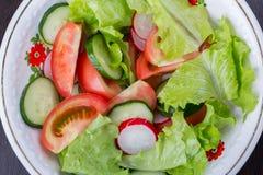 φρέσκο λαχανικό ντοματών σαλάτας μιγμάτων μαρουλιού αγγουριών τρόφιμα υγιή Στοκ Εικόνα