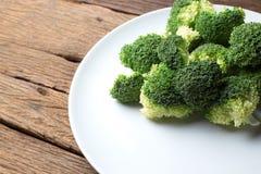 Φρέσκο λαχανικό περικοπών μπρόκολου στα άσπρα υγιή φυσικά καθαρά τρόφιμα πιάτων Στοκ Εικόνες
