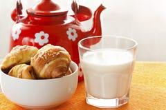Φρέσκο γάλα και croissants Στοκ φωτογραφίες με δικαίωμα ελεύθερης χρήσης