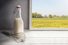 Φρέσκο γάλα, μπουκάλι κρέμας στη στρωματοειδή φλέβα παραθύρων στην επαρχία Στοκ εικόνα με δικαίωμα ελεύθερης χρήσης
