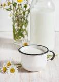 Φρέσκο γάλα στην κούπα μετάλλων Στοκ εικόνα με δικαίωμα ελεύθερης χρήσης