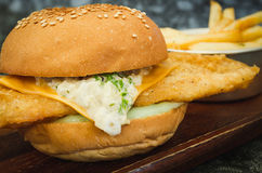 Φρέσκο γίνοντα Burger ψαριών στον ξύλινο πυροβολισμό κινηματογραφήσεων σε πρώτο πλάνο πιάτων  εκλεκτική εστίαση Στοκ εικόνες με δικαίωμα ελεύθερης χρήσης