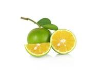 Φρέσκο γλυκό πορτοκάλι με τα φύλλα στο άσπρο υπόβαθρο Στοκ Φωτογραφίες