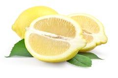 Φρέσκο λεμόνι με το μισό και φύλλα που απομονώνονται στο λευκό Στοκ φωτογραφία με δικαίωμα ελεύθερης χρήσης