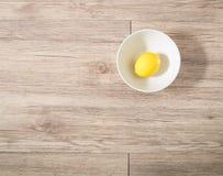 Φρέσκο λεμόνι σε ένα άσπρο κύπελλο στοκ εικόνα