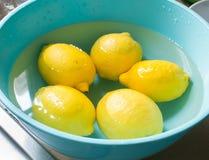 Φρέσκο λεμόνι σε ένα μπλε τόξο στοκ φωτογραφία με δικαίωμα ελεύθερης χρήσης
