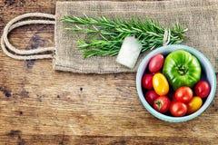 Φρέσκο δεντρολίβανο με τις κόκκινων και πράσινων ντομάτες ετικεττών, αγροτικό σε ξύλινο Στοκ Εικόνα