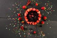 Φρέσκο εύγευστο κέικ σμέουρων γενεθλίων Στοκ Εικόνα