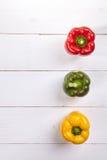 Φρέσκο ζωηρόχρωμο κιβώτιο πιπεριών κουδουνιών στον ξύλινο πίνακα Στοκ φωτογραφία με δικαίωμα ελεύθερης χρήσης