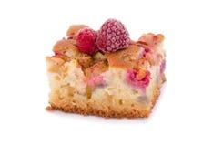 Φρέσκο κέικ ρεβεντιού με τα σμέουρα και τις διακοσμήσεις Στοκ εικόνες με δικαίωμα ελεύθερης χρήσης