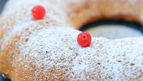Φρέσκο κέικ των βακκίνιων με την κονιοποιημένη ζάχαρη απόθεμα βίντεο