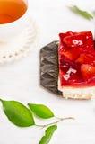 Φρέσκο κέικ φραουλών με τη ζελατίνα και το φλυτζάνι του τσαγιού Στοκ εικόνες με δικαίωμα ελεύθερης χρήσης
