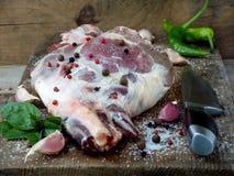 Φρέσκο και ακατέργαστο κρέας Πόδι του αρνιού με τα καρυκεύματα με το μαχαίρι για το ψήσιμο, που μαγειρεύει σε κατσαρόλα, pilaf, σ Στοκ Εικόνες