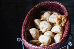 Φρέσκο και καυτό κουλούρι σκόρδου στο καφετί καλάθι Στοκ Εικόνες