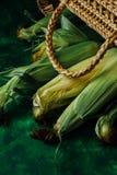 Φρέσκο καλαμπόκι στους σπάδικες στον πράσινο ξύλινο πίνακα Στοκ φωτογραφίες με δικαίωμα ελεύθερης χρήσης