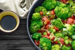 φρέσκο καλοκαίρι σαλάτας Λαχανικά Sauteed, μπρόκολο και σάλτσα σόγιας Στοκ Εικόνες