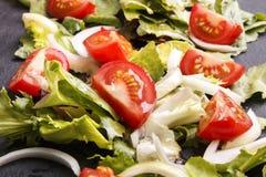 Φρέσκο καλοκαίρι salat με το πετρέλαιο στην πλάκα Στοκ Εικόνα