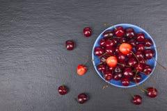 Φρέσκο κεράσι διάφορου καλοκαιριού σε ένα κύπελλο στον αγροτικό ξύλινο πίνακα Αντιοξειδωτικοοι, detox διατροφή, οργανικά φρούτα r στοκ εικόνα με δικαίωμα ελεύθερης χρήσης