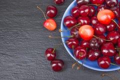 Φρέσκο κεράσι διάφορου καλοκαιριού σε ένα κύπελλο στον αγροτικό ξύλινο πίνακα Αντιοξειδωτικοοι, detox διατροφή, οργανικά φρούτα r στοκ εικόνες