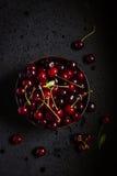Φρέσκο κεράσι στο μαύρο κύπελλο Στοκ φωτογραφία με δικαίωμα ελεύθερης χρήσης