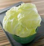 Φρέσκο κινεζικό λάχανο σε ένα πράσινο κύπελλο Στοκ Φωτογραφία