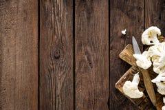 Φρέσκο κουνουπίδι στον ξύλινο πίνακα Ακατέργαστο κουνουπίδι Στοκ Εικόνες