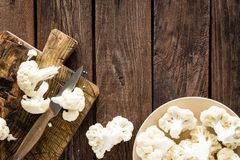 Φρέσκο κουνουπίδι στον ξύλινο πίνακα Ακατέργαστο κουνουπίδι Στοκ φωτογραφία με δικαίωμα ελεύθερης χρήσης