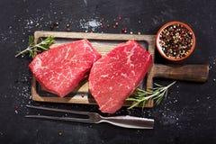 Φρέσκο κρέας με τα συστατικά για το μαγείρεμα, τοπ άποψη Στοκ Εικόνες