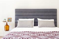 Φρέσκο κρεβάτι και nightstand στοκ εικόνες