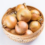 Φρέσκο κρεμμύδι στο καλάθι Στοκ Εικόνες