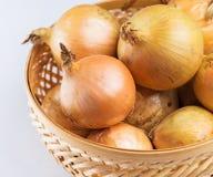 Φρέσκο κρεμμύδι στο καλάθι Στοκ Εικόνα
