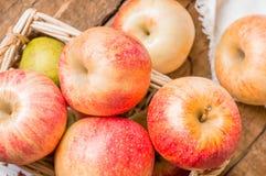 φρέσκο κόκκινο λευκό καλαθιών ανασκόπησης μήλων Αγροτικό ύφος Στοκ φωτογραφία με δικαίωμα ελεύθερης χρήσης