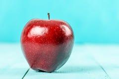 Φρέσκο κόκκινο - η εύγευστη Apple στον τυρκουάζ πίνακα Στοκ εικόνα με δικαίωμα ελεύθερης χρήσης