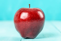 Φρέσκο κόκκινο - η εύγευστη Apple στον τυρκουάζ πίνακα Στοκ Εικόνα