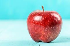 Φρέσκο κόκκινο - η εύγευστη Apple στον τυρκουάζ πίνακα Στοκ φωτογραφία με δικαίωμα ελεύθερης χρήσης